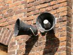 Zwei Lautsprecher hängen an einer Wand