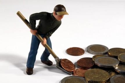 Mann schiebt Euros