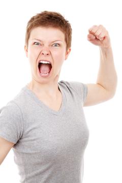 Frau, sehr wütend