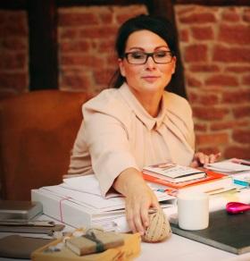 Maren sitzt am Schreibtisch