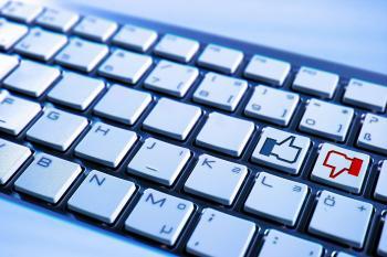 Facebook-Daumen auf Tastatur