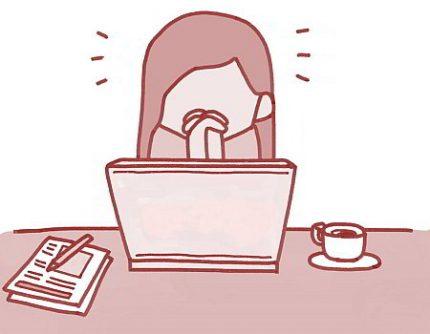 Frau sitzt am Computer und denkt nach