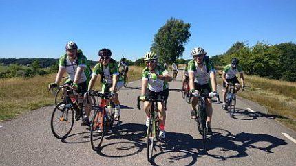 Doreen mit anderen Rennrad-Fahrenden