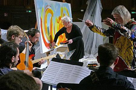 Etelka malt mit Musik